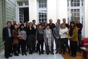 Beck, ao centro de camisa preta, com o grupo em workshop realizado em Paris (9/12/2014)